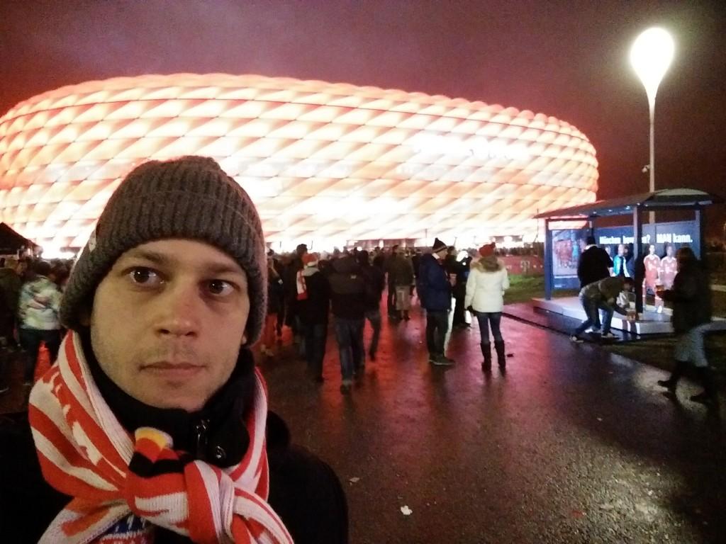 Nem értem, miért van ilyen gülü szemem. Azt hittem, a kamerába néztem, erre most kiderült, hogy nem. Szóval így néz ki az Allianz Arena, ha Bayern-meccs van. Ha az 1860 München játszik, akkor kék.