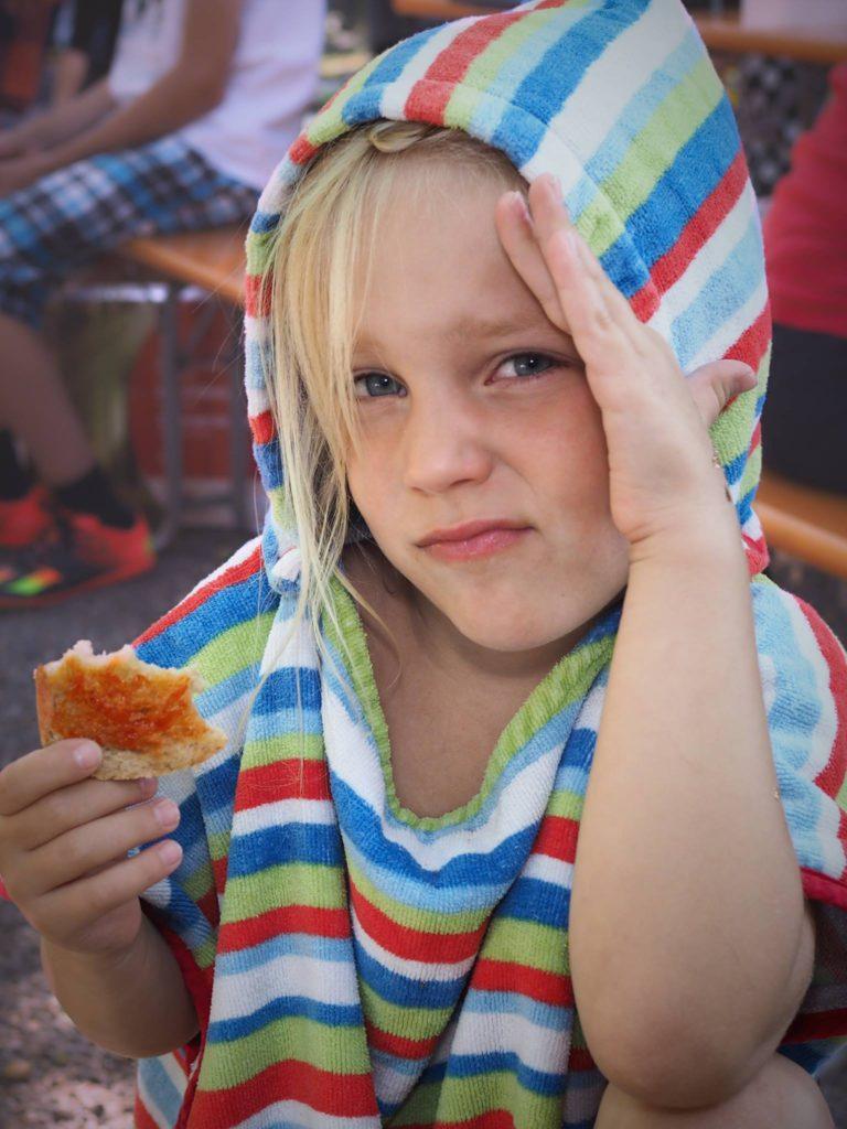 Zizi, a gyerek, aki néha a sima kenyeret sem eszi meg, mert van rajta néhány szezámmag, úgy tolta magába a libazsíros piros arannyal telenyomott (!) kenyeret, mintha YOLO. Fotó: Geyer Zoli.